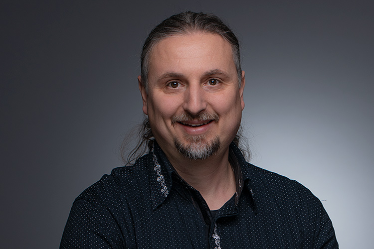 Снимка на Мирослав Найденов, преподавател по китара